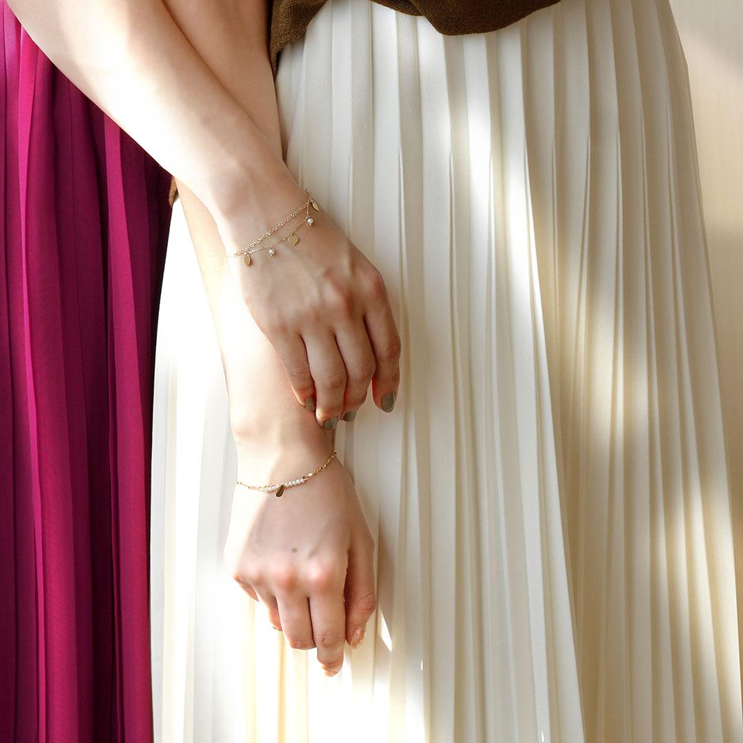 ブレスレットを着けたモデルの画像