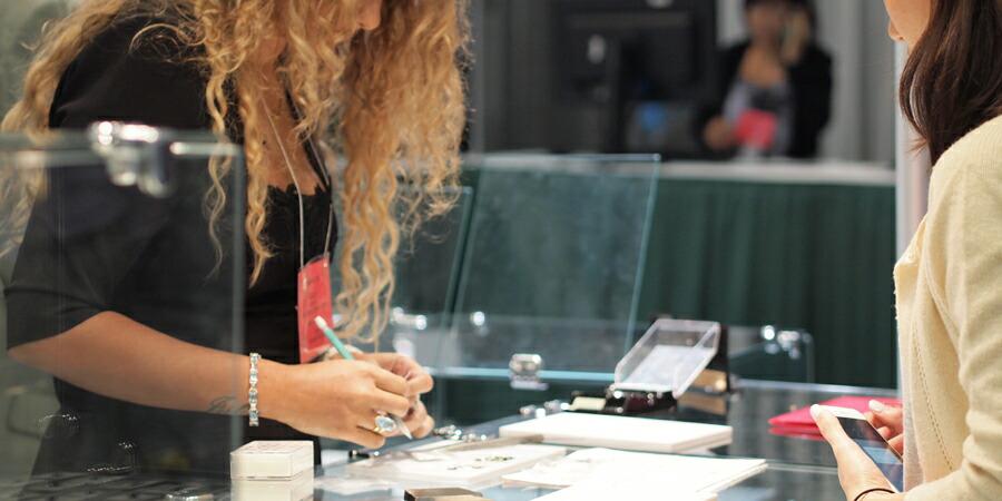 宝石展示会の買付けブース