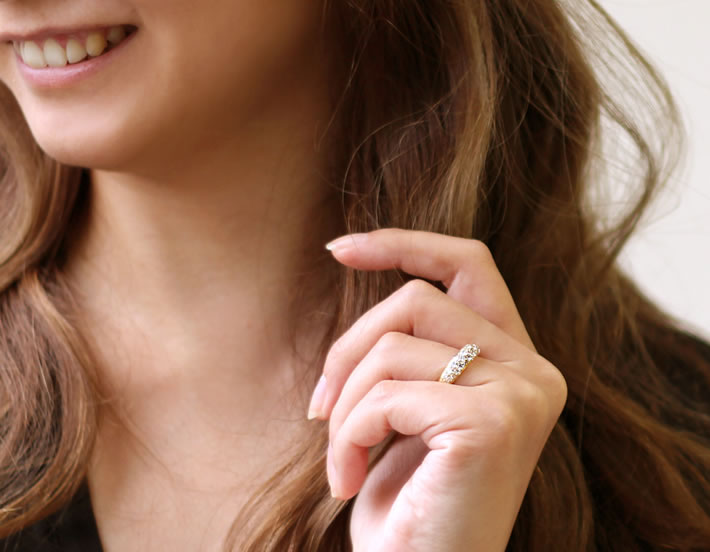 SIクラス以上0.85ctダイヤモンドプラチナ900パヴェリング「ルミエールブーケ」の装着イメージ