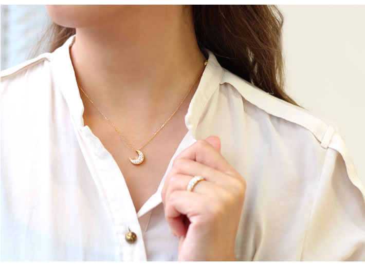 SIクラス以上0.85ctダイヤモンドプラチナ900パヴェリング「ルミエールブーケ」の着用イメージ