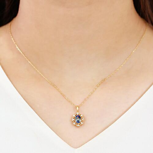 タンザナイトとダイヤモンドの18金ネックレスの装着画像