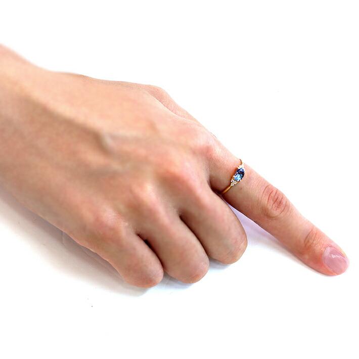 タンザナイ  トとダイヤモンドの18金リングを装着した手