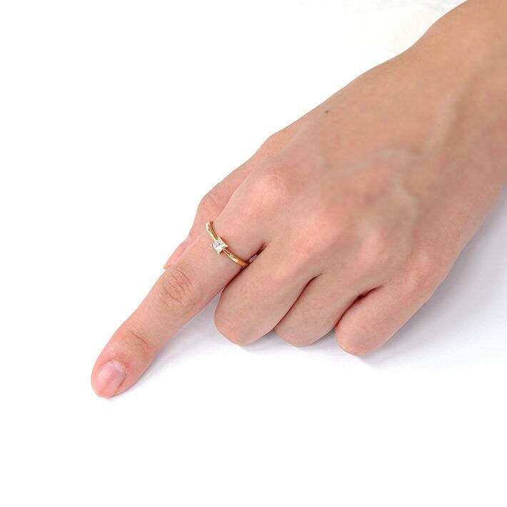 ダイヤモンドの18金リングを装着した手