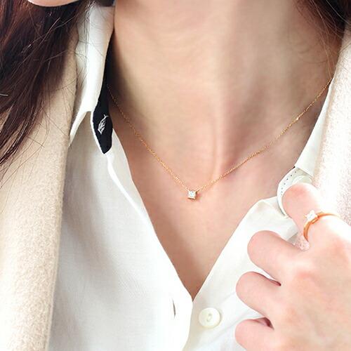 ダイヤモンドの18金ネックレスを装着したモデル
