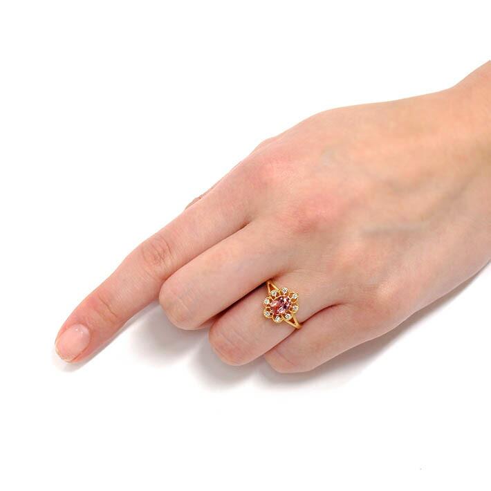 マラヤガーネットとダイヤモンドの18金リングを装着した手
