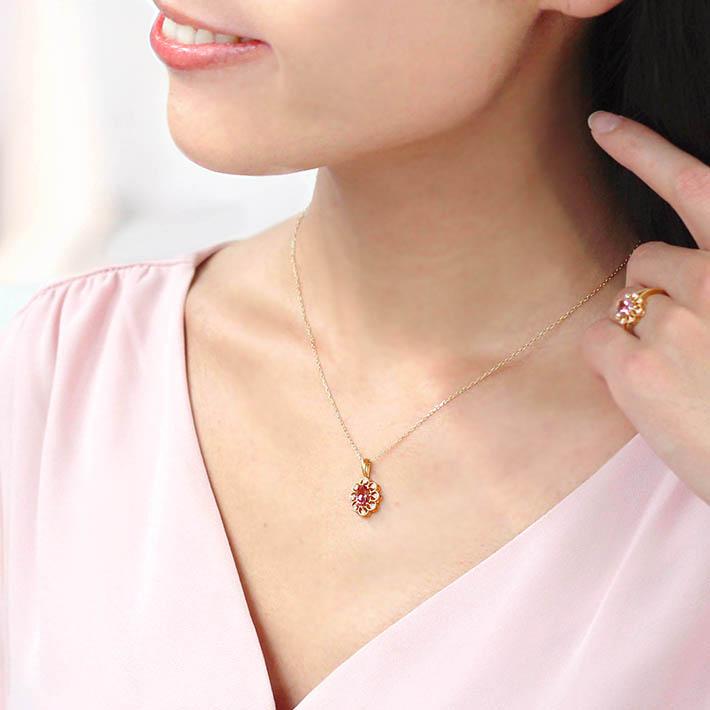 桜色マラヤガーネットオーバルカットの18金ペンダントトップ着用イメージ