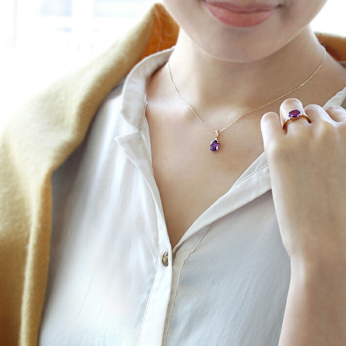 カシャライ産アメジストとダイヤモンドのK18ペンダントトップを身につけたモデル画像