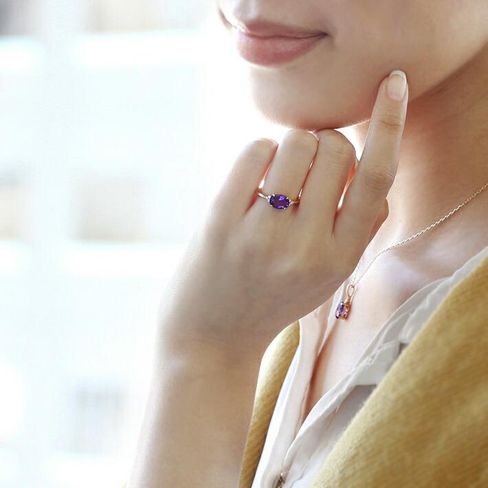 カシャライ産アメジストとダイヤモンドのK18リングを身につけたモデル画像