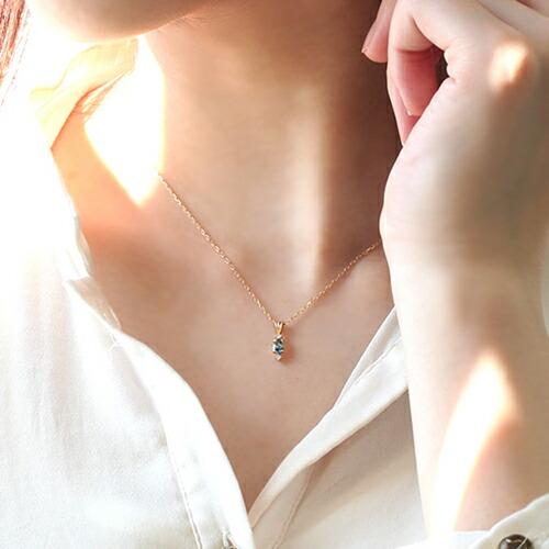 ブラジル産サンタマリアアクアマリンの18金ネックレスを装着した手