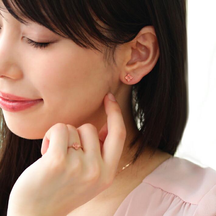 北海道産ロードクロサイトのK18ピアスを装着しているモデルの耳