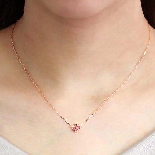 北海道産ロードクロサイトの18金ネックレスを装着している首