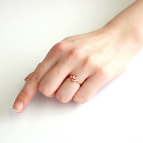 北海道産ロードクロサイトの18金リングを装着した手