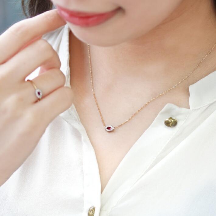 ミャンマー産ルビーマーキスカットの18金ネックレスを装着した手