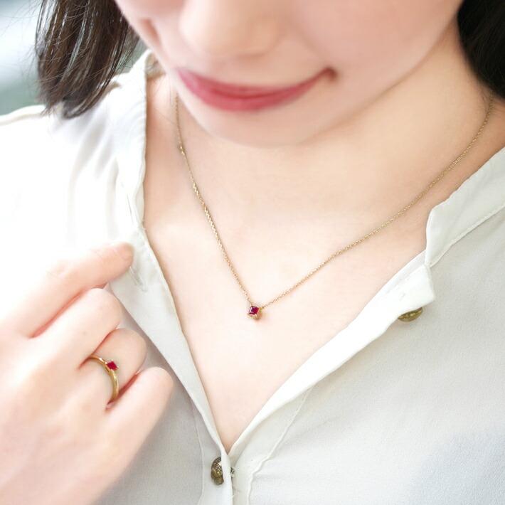 ミャンマー産ルビーの18kゴールドネックレスを装着したコーディネート