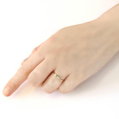 ブラジル産アンブリゴナイト  トとダイヤモンドの18金リングを装着した手
