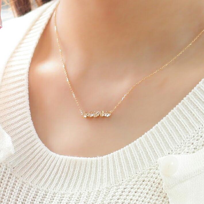 ハーキマークオーツ原石の18kゴールドネックレスを装着