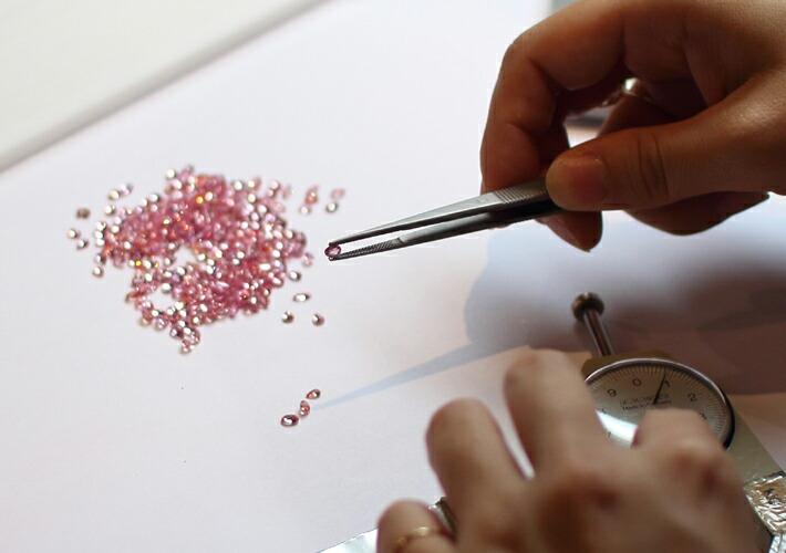 バラ色マルチカラージュエル18金パヴェリング「ローズブーケ」に使用している宝石