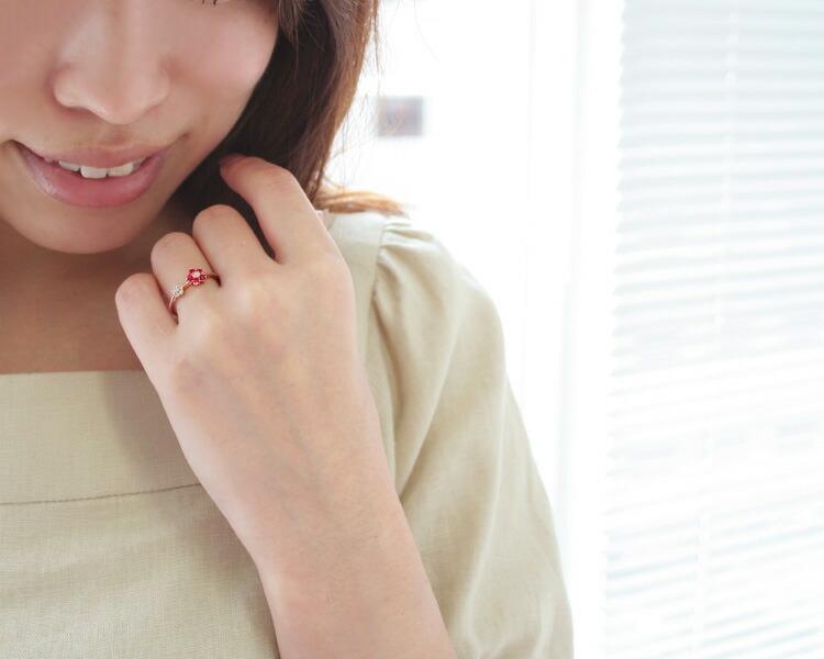 ミャンマー産ルビーラウンドカットの18金リングを装着した手