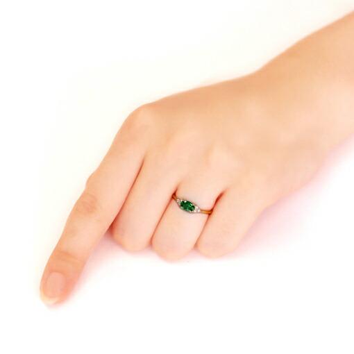 グリーントルマリン  トとダイヤモンドの18金リングを装着した手
