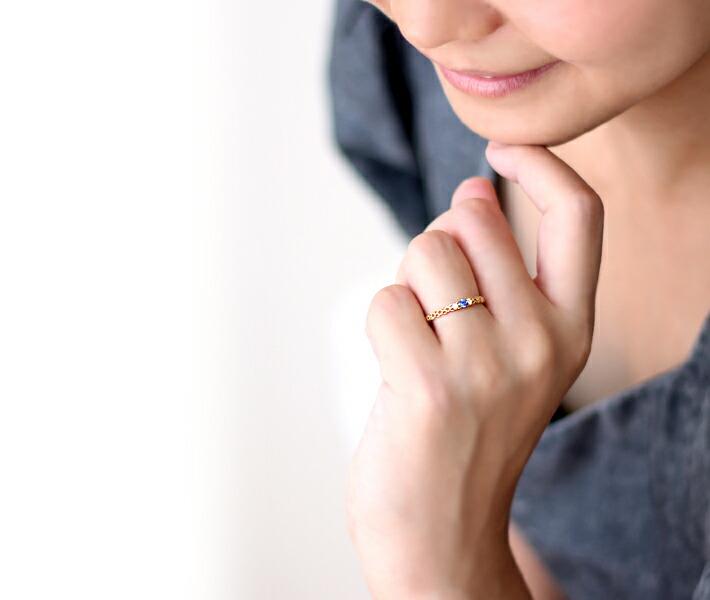 非加熱ブルーサファイアの18金リングの装着イメージ