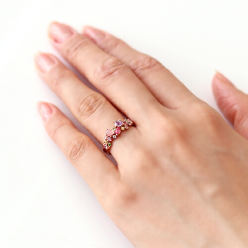 桜色マルチカラーストーン×18Kリング「サクラコフレ」を装着した手