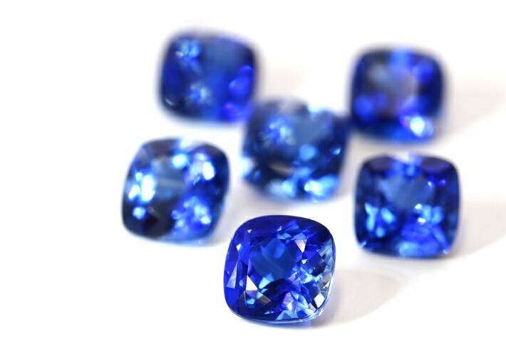 カイヤナイトクッションカットの宝石
