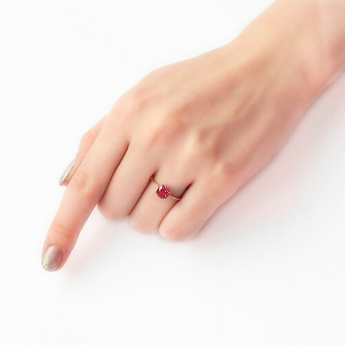 マラヤガーネットクッションカットのリングを着けている指