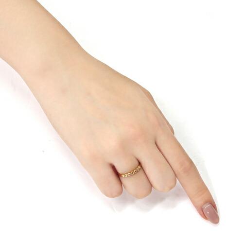 ローズカットダイヤモンドの18金リングを装着した手