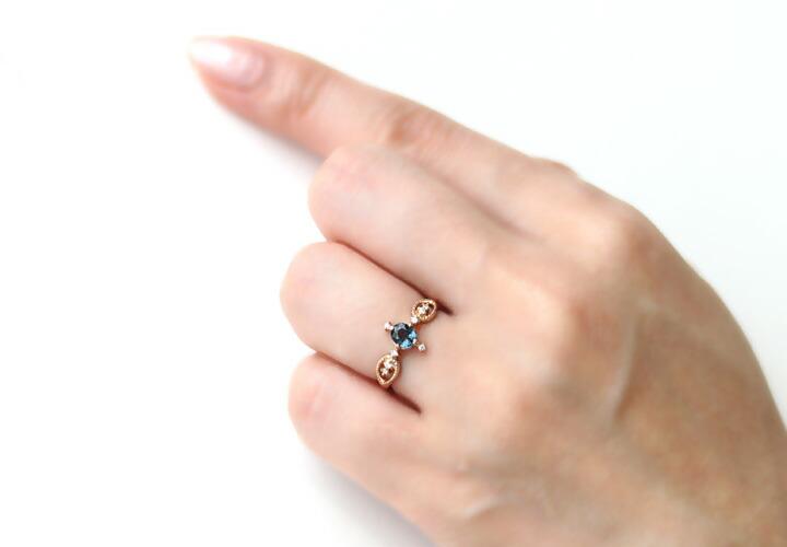 ベキリーブルーガーネット/ダイヤモンド18kリング・ブリュエットを装着した手