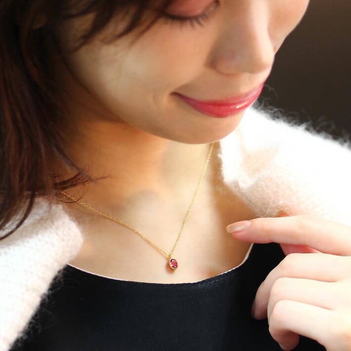 パパラチアサファイアとテーパーカットダイヤモンドのK18ネックレスの装着画像