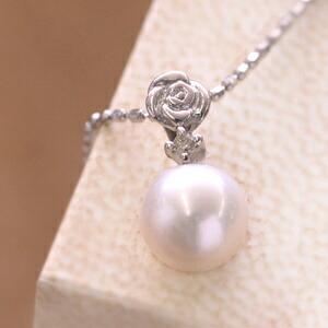 バラモチーフのあこや真珠のネックレス
