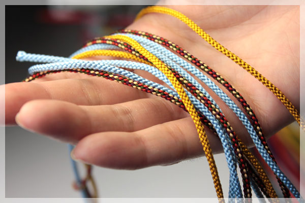 正絹(シルク)のひもは縮緬細工の装飾に、雛人形飾りのパーツ作りに最適です。 また、ハンドメイド巾着袋の口紐に柔らかく馴染みます。