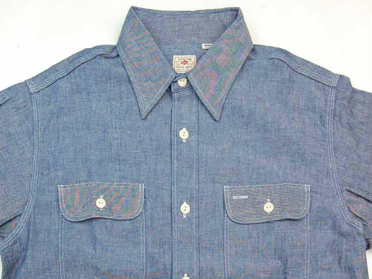 46803fe1283 1950年代のビンテージをベースとしており、両胸のフラップポケットや巻き縫い仕様、猫目ボタンなど当時のディテールがふんだんに採用されている。