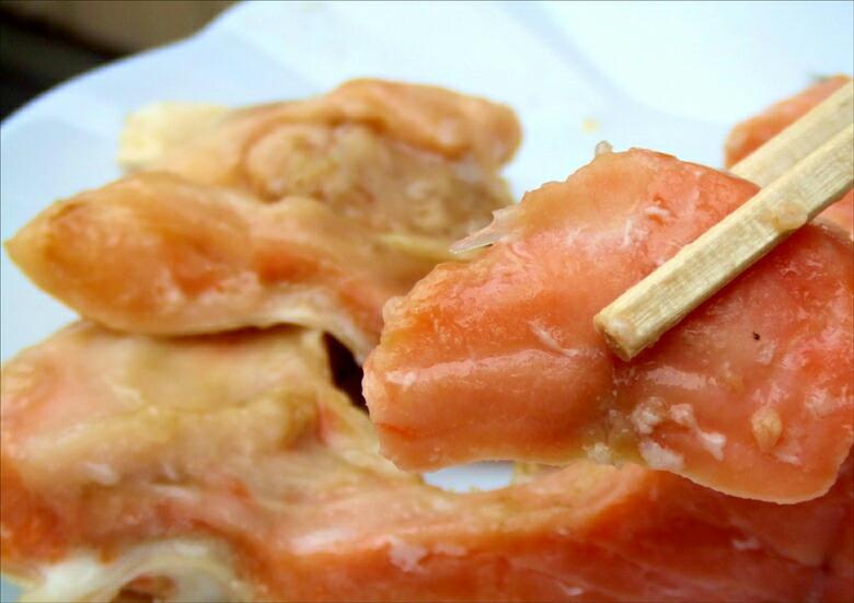チリ産の銀鮭のカマを西京味噌に漬けました。