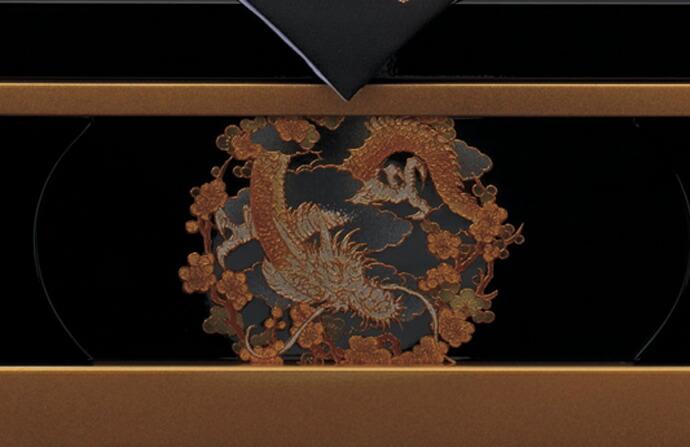 五月人形 五月節句飾り 東旭監製 兜飾り 収納飾り 日輪月光兜飾り13号 (戦国武将・上杉謙信)(正絹威仕立)(金彩仕様黒塗台屏風)(収納型・収納タイプ)画像6
