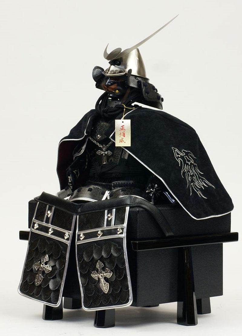 五月人形 甲冑飾り 雄山作 鎧飾り 胴丸鎧 龍王陣羽織鎧飾り (正絹糸縅仕立・日月前立)画像3