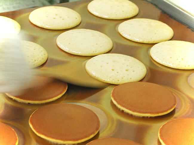 お菓子工房の職人が焼いています