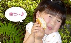 生どら焼きを食べて幸せな笑顔!