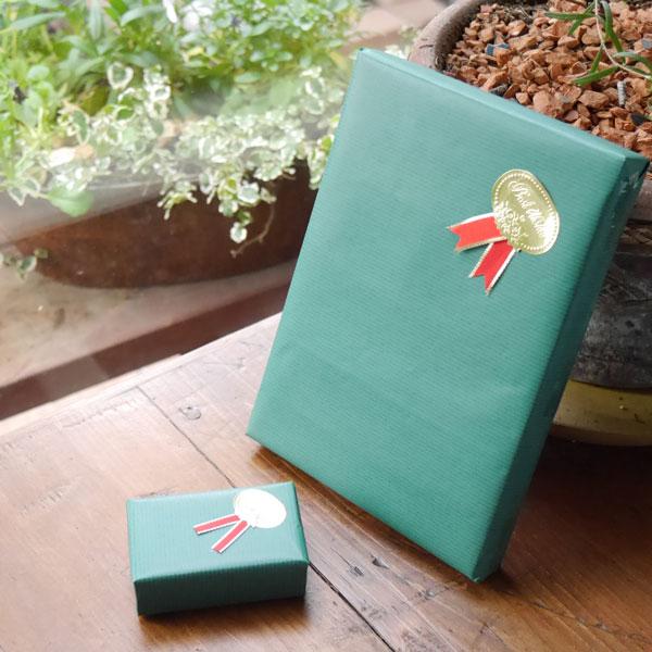 無料簡易包装として、無地の包装紙にリボンのシールをお付けして、紙箱に入れてお包みします。