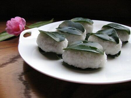 道明寺粉で作る椿餅