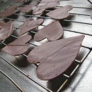 米粉のハートケーキ チョコを型で抜く