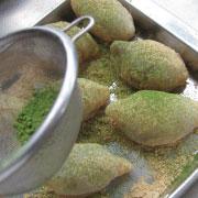 もち粉の鶯餅 抹茶ときな粉をふりかける