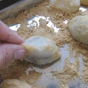 もち粉の鶯餅 二つ折りにして包む