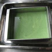 米粉の菱餅ゼリー 緑のゼリー液を型に流す