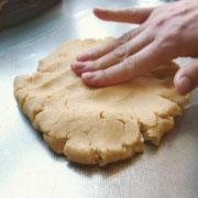 クッキー専用米粉で作るクッキー ラップの上でつぶす