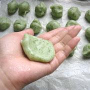 上新粉で作るヨモギ餅 生地をのばす