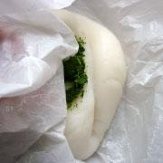 上新粉で作るヨモギ餅 生地をこねてヨモギを混ぜる