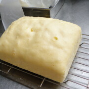 米粉のカステラ 紙をはがして冷ます