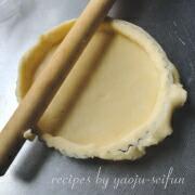 米粉のかぼちゃとリンゴのタルト 縁を切り落とす