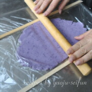 米粉の紫芋クッキー 生地をのばす